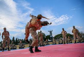 Foça Jandarma Komando Okulu ve Eğitim Merkezi Komutanlığında nefes kesen komando eğitimlerine katılan ve bu anlamda Türkiye'nin ilk kadın jandarma komando astsubayları olan 20 komando kendilerine verilecek zorlu görevleri bekliyor. Gördükleri zorlu eğitimin ardından, iç güvenlik harekatlarında ve her türlü savaş ortamında görev yapabilecek standartlara gelen kadın astsubaylar, zor koşullarda ortaya koydukları üstün performanslarla dikkat çekti. ( Halil Fidan - Anadolu Ajansı )