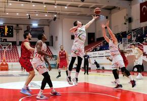 ING Basketbol Süper Ligi 10. haftasında Aliağa Petkimspor ile Empera Halı Gaziantep Basketbol karşılaştı. Aliağa Petkimspor'dan Stephen Zack (ortada) ile Ian Hummer (sağda) bir pozisyonda mücadele ettiler. ( Mahmut Serdar Alakuş - Anadolu Ajansı )