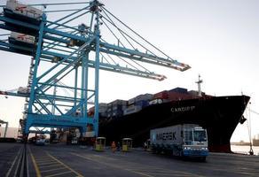 Aliağa'daki Petkim kampüsü içinde geçen yıl devreye giren Ege'nin en büyük konteyner limanı, ağırladığı dev konteyner gemileri sayesinde Uzakdoğu ve Kuzey Avrupa gibi pazarlara aktarmasız ticareti başlattı. Petkim ile dünyanın önde gelen liman işleticisi APM Terminals arasında yapılan anlaşmayla aralık ayında hizmet vermeye başlayan Pekim Konteyner Terminali (PETLİM), hizmete girdiği aralık ayından bu yana 110 gemiye hizmet verdi. ( Mahmut Serdar Alakuş - Anadolu Ajansı )