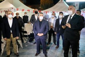 AK Parti ve MHP İzmir teşkilatı üyeleri, yeni tip koronavirüs (Kovid-19) salgını nedeniyle kan stokları tükenen Türk Kızılay'a destek için kan bağışı kampanya başlattı. AK Parti İl Başkanı Kerem Ali Sürekli (solda) ile MHP İl Başkanı Veysel Şahin (ortada), teşkilat üyeleriyle birlikte Bornova Meydanı'ndaki Kızılay'ın kan bağış merkezine geldi. Burada Türk Kızılay Ege Bölgesi Kan Merkezi Müdürü Gökay Gök'ten (sağda) bilgi alan Sürekli ve Şahin, bağışta bulunan vatandaşlara da teşekkür etti. ( Mustafa Güngör - Anadolu Ajansı )
