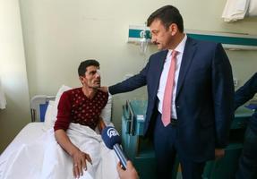 Tüpraş'ın Aliağa ilçesindeki İzmir Rafinerisi'nde sabah saatlerinde meydana gelen patlamada yaralanan kaynak ustası 33 yaşındaki Halil İbrabim Kavlak'ın Menemen Devlet Hastanesindeki tedavisi devam ediyor. AK Parti Genel Başkan Yardımcısı Hamza Dağ (sağda), Kavlak'ı ziyaret ederek geçmiş olsun dileklerinde bulundu.  ( Emin Mengüarslan - Anadolu Ajansı )
