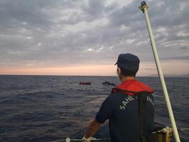 İzmir'in Dikili ve Menderes ilçelerinde, Yunan unsurlarınca Türk kara sularına geri itilen 78 sığınmacı kurtarıldı. ( Sahil Güvenlik Komutanlığı - Anadolu Ajansı )
