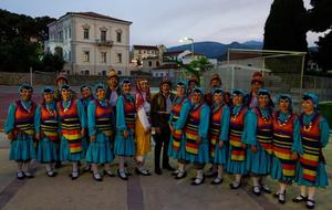 İzmir'de yaşayan ve doktor, öğretim görevlisi, iş adamı gibi farklı mesleklerden yaklaşık 100 kişilik gönüllünün oluşturduğu halk oyunu ekibi, çeyrek asırdır ülke ülke gezerek Türk kültürünü tanıtıyor. Türkiye ve Yunanistan arasında turizmin geliştirilmesi amacıyla Yunanistan'ın Sisam adasında Karlovassi Belediyesinin davetlisi olarak geçen hafta adaya giden derneğin folklor ekipleri, Anadolu'nun her yöresinden halk oyunlarıyla ve sahne performansıyla Yunanlılara unutulmaz 2 gün yaşattı. ( Tezcan Ekizler - Anadolu Ajansı )