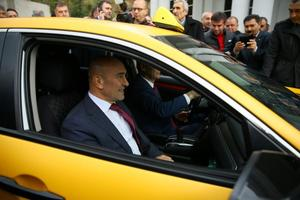 """İzmir'de hayata geçirilen """"mobil taksi çağırma sistemi"""" sayesinde, tek tuşla taksi çağırılabilecek, rezervasyon yaptırılabilecek. Bugünden itibaren hayata geçirilen """"En Taksi İzmir"""" cep telefonu uygulamasının tanıtım toplantısı, Kaya Termal Otel'de düzenlendi. İzmir Büyükşehir Belediye Başkanı Tunç Soyer ve Oda Başkanı Celil Anık, taksiye binerek uygulamayı test etti. ( Halil Fidan - Anadolu Ajansı )"""