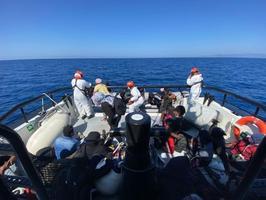 İzmir'in Seferihisar, Dikili ve Çeşme ilçelerinde Yunanistan unsurlarınca farklı zamanlarda Türk kara sularına itilen 166 düzensiz göçmen karaya çıkarıldı. ( Sahil Güvenlik Komutanlığı - Anadolu Ajansı )
