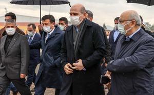 İçişleri Bakanı Süleyman Soylu (sol 3), İzmir'deki programları kapsamında Afet ve Acil Durum Yönetimi Başkanlığı'nda (AFAD) İzmir depremi ile ilgili yapılan çalışmalar hakkında brifing aldı. Bakan Soylu'yu AFAD'a gelişinde İzmir Valisi Yavuz Selim Köşger (sağ 3), AK Parti Genel Başkan Yardımcıları Hamza Dağ (sol 2) ve Fatma Betül Sayan Kaya (sağ 2) ve AK Parti İl Başkanı Kerem Ali Sürekli (sağda) karşıladı. ( Mahmut Serdar Alakuş - Anadolu Ajansı )