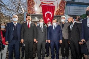 Cumhuriyet Halk Partisi (CHP) Konak İlçe Başkanlığı, Atatürk ve silah arkadaşları başta olmak üzere tüm şehitler için lokma döktürdü. Konak Meydanı'nda gerçekleştirilen etkinliğe Büyükşehir Belediye Başkanı Tunç Soyer (sağda), CHP İzmir Milletvekilleri Kani Beko (solda), Tacettin Bayır, Atilla Sertel ve bazı ilçe belediye başkanlarının yanı sıra İYİ Parti, Gelecek Partisi ve DEVA Partisi'nden temsilciler de katıldı. ( İzmir Büyükşehir Belediyesi - Anadolu Ajansı )