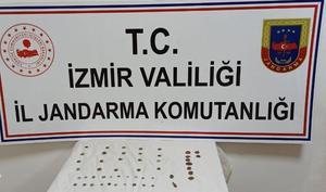 İzmir'in Aliağa ilçesinde düzenlenen tarihi eser kaçakçılığı operasyonunda 51 eser ele geçirildi, 3 şüpheli gözaltına alındı. ( İzmir İl Jandarma komutanlığı - Anadolu Ajansı )