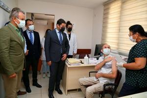 """Sağlık Bakanlığı Türkiye Sağlık Enstitüleri Başkanlığı (TÜSEB) ile Erciyes Üniversitesi (ERÜ) iş birliğiyle geliştirilen yeni tip koronavirüs (Kovid-19) aşısı """"TURKOVAC"""", Faz-3 çalışmaları kapsamında İzmir'de de gönüllü vatandaşlara uygulanıyor. ( İl Sağlık Müdürlüğü - Anadolu Ajansı )"""